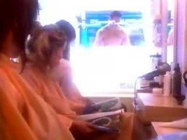Zvědavé ženy u holiče