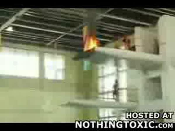Hořící muž - skok do vody