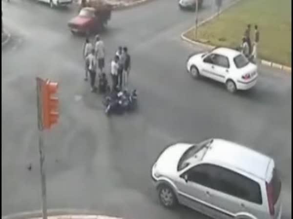 Hasiči vs. motorkář