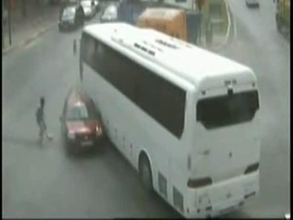 Nehoda autobusu auta a náklaďáku