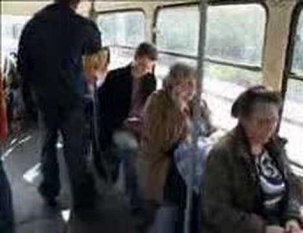 Praha - bába v tramvaji