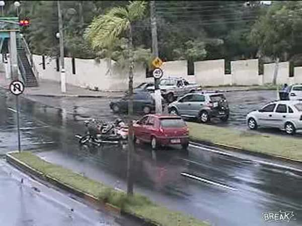 Žena srazila 2 muže na motorce
