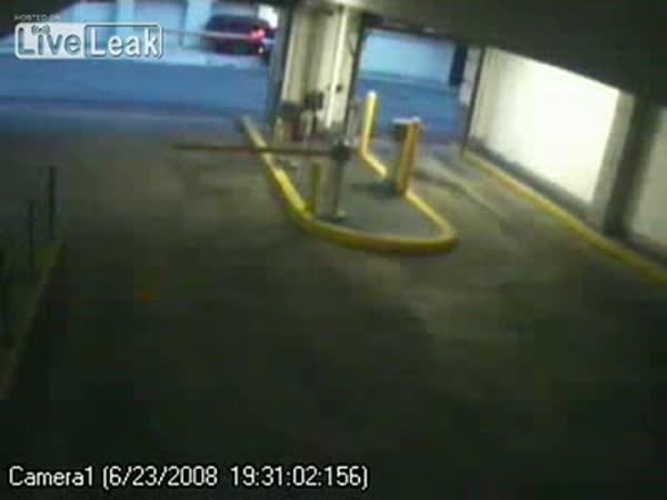 Borec vyjíždí z podzemních garáží