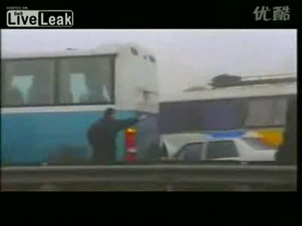 Čína - nebezpečná mlha na dálnici