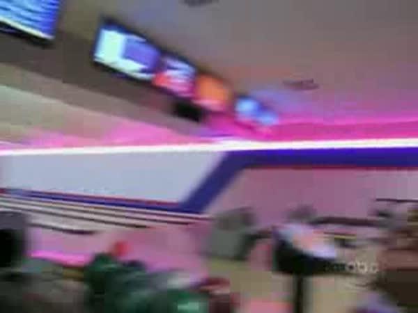 S blondýnkou na bowlingu