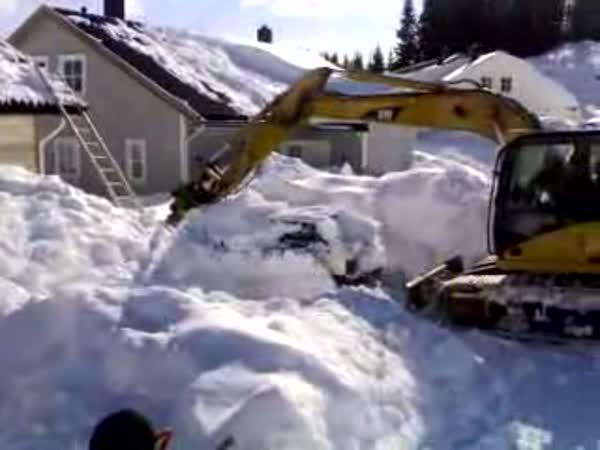 Elegantní vyproštění auta ze sněhu