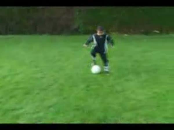 6-ti letý fotbalista - Madin Mohamed
