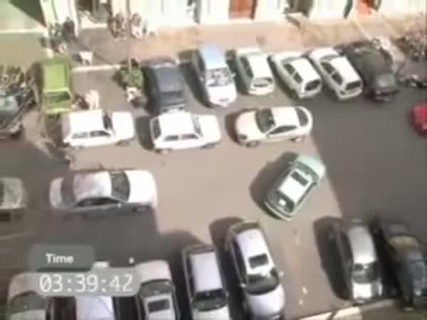 Paní se pokouší zaparkovat