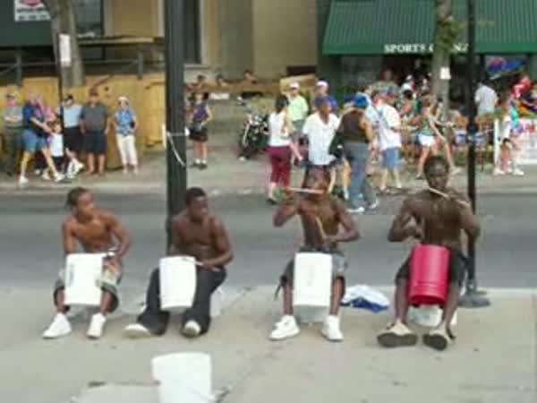 4 mladí pouliční bubeníci