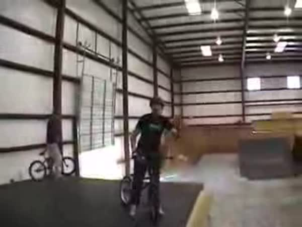 BMX trik - 360° Triple Tailwhip