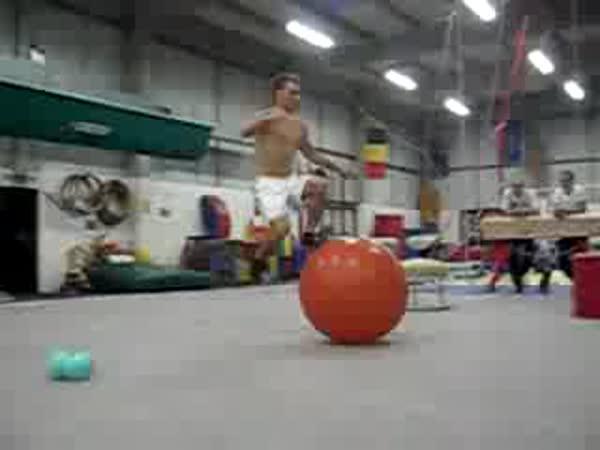 Akrobatický trik s míčem