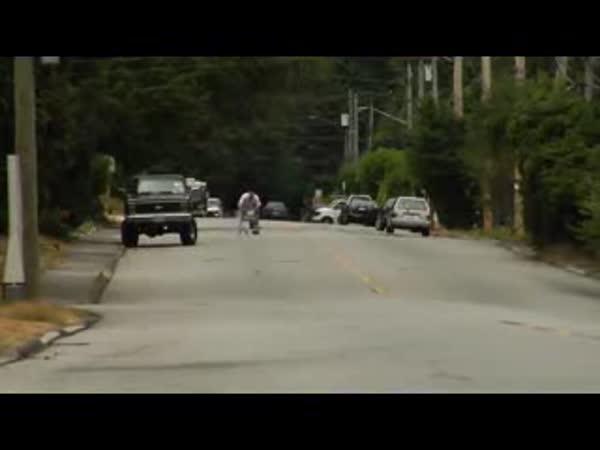 Bláznivá jízda na nákupním vozíku