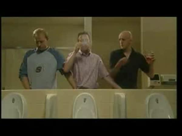 Pánové na záchodě - výpomoc