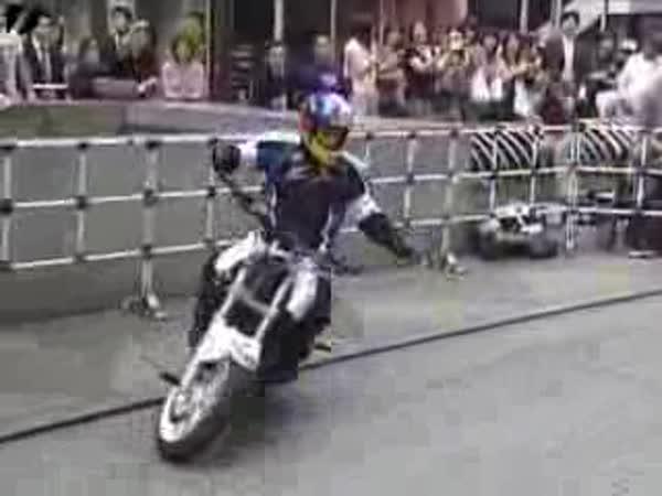 Japonec a jeho triky na motorce