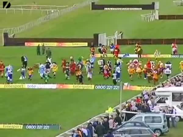 Anglie - závod fotbalových maskotů