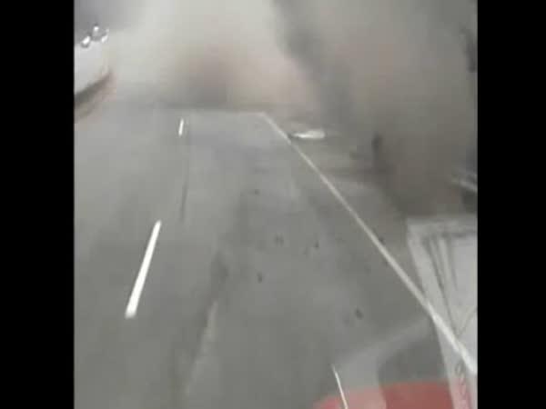 Převráceni kamionu v zatáčce