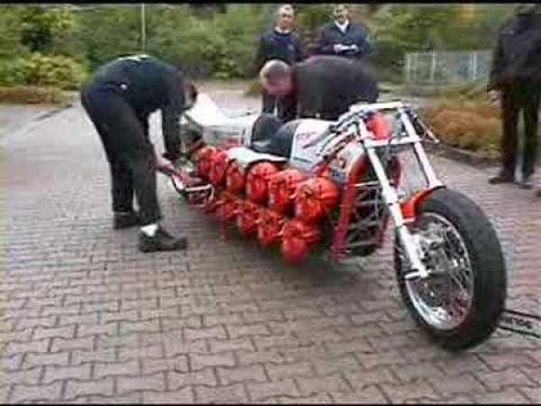 Motorka z 24 motorových pil