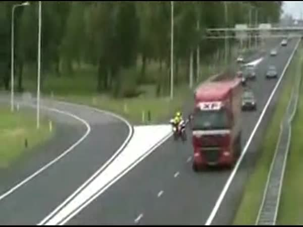 Policista sražen na motorce