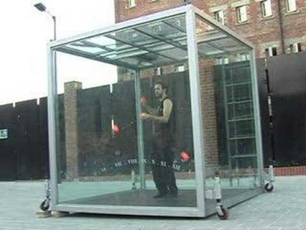 Žonglování ve skleněné kostce