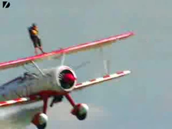 8-letý borec na letadle