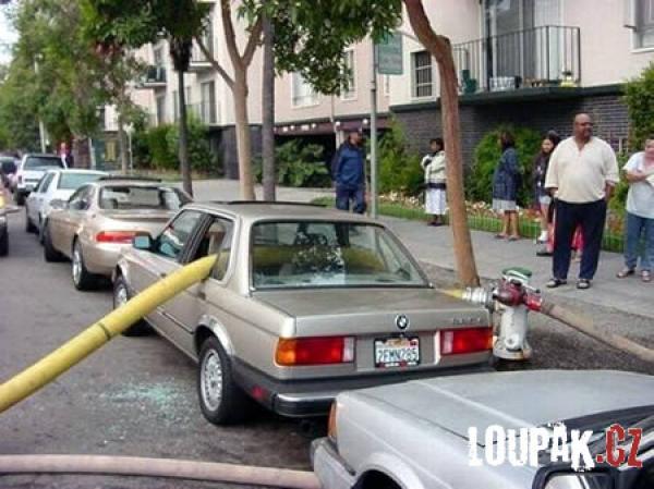 OBRÁZKY - Originálně zaparkovaná auta