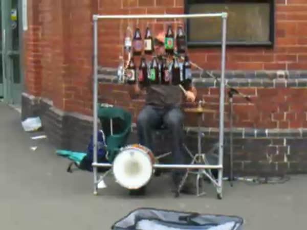 Borec - Chlapík hraje na flašky od piva