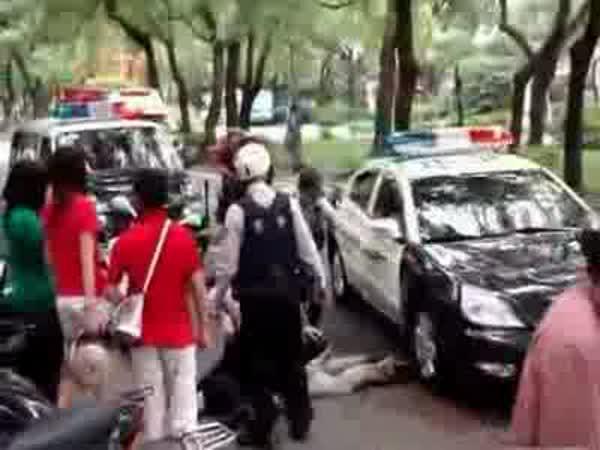 Policejní pomoc zraněnému