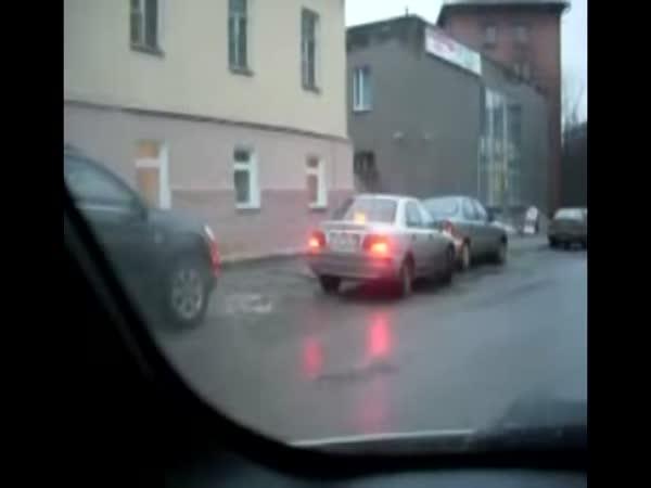 Blondýnka parkuje automobil