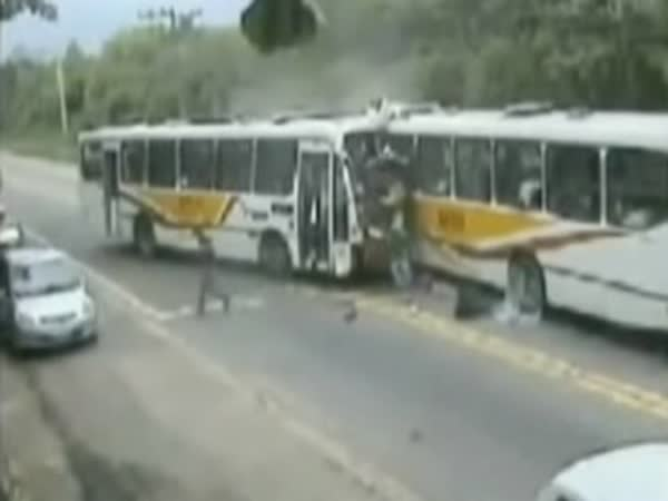 Vážná nehoda - Srážka 2 autobusů