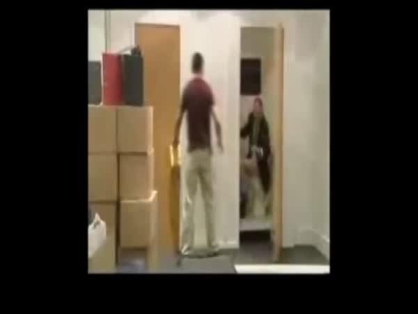 Překvapení za dveřmi [skrytá kamera]