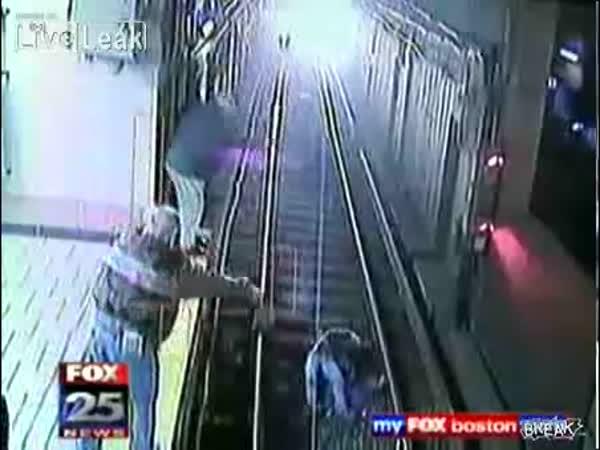 Velké štěstí - Opilá žena vs. Metro