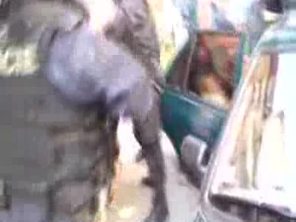 Policejní zásah - nebezpečná osoba v autě