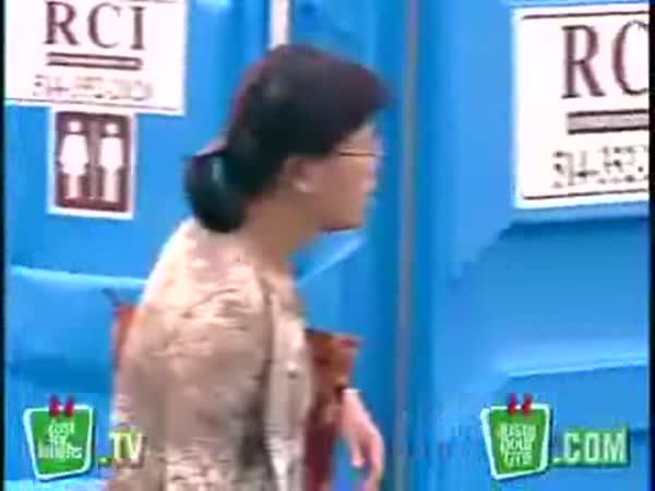 Záchody na ostrůvku [skrytá kamera]