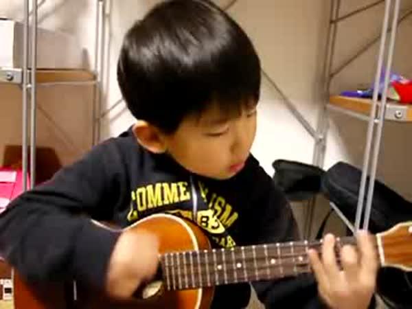 Borec - Tříletý chlapec hraje na ukulele