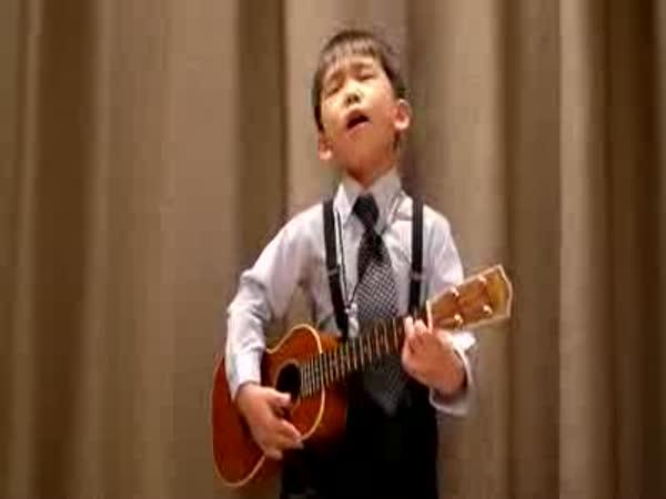 Borec - Tříletý chlapec hraje na ukulele 2