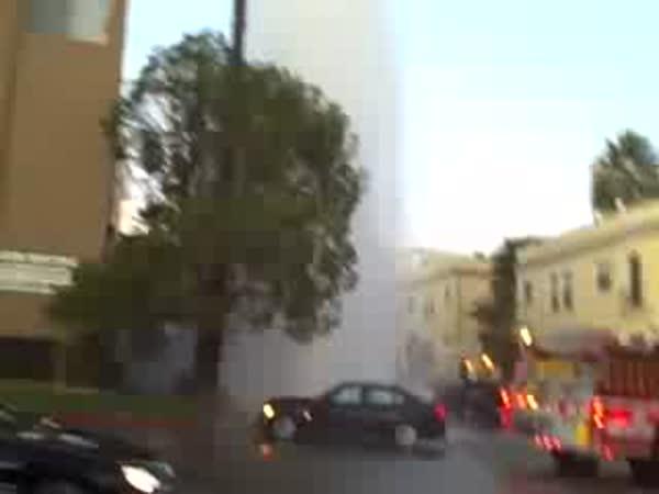USA - Uražený hydrant při nehodě
