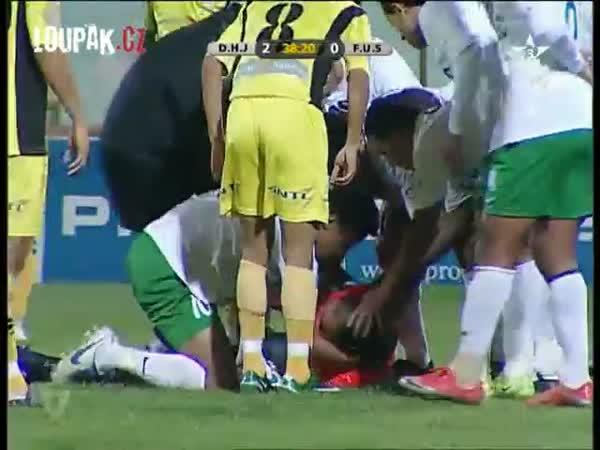Fotbal - Rozhodčí sestřelen míčem