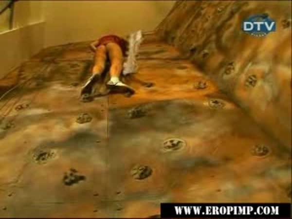 Žena v sukni na horolezecké stěně [skrytá kamera]