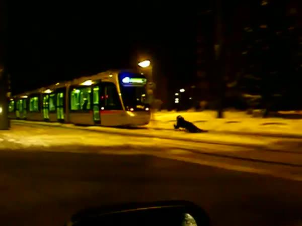 Jízda na saních za tramvají