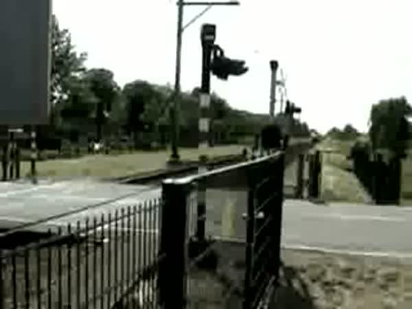 Idiot na železničním přejezdě