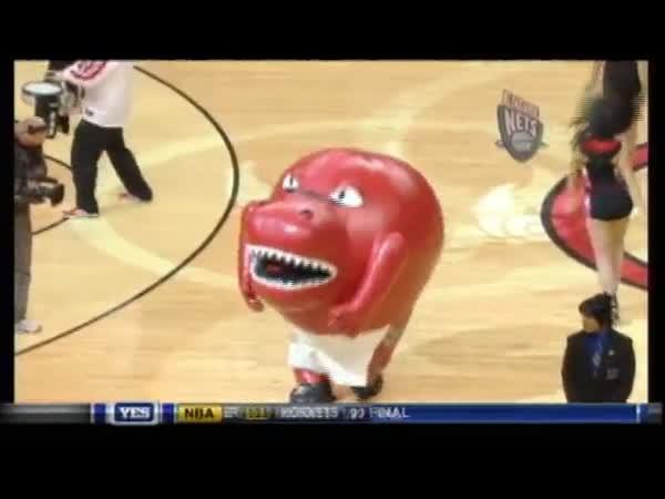 NBA - Maskot snědl roztleskávačku