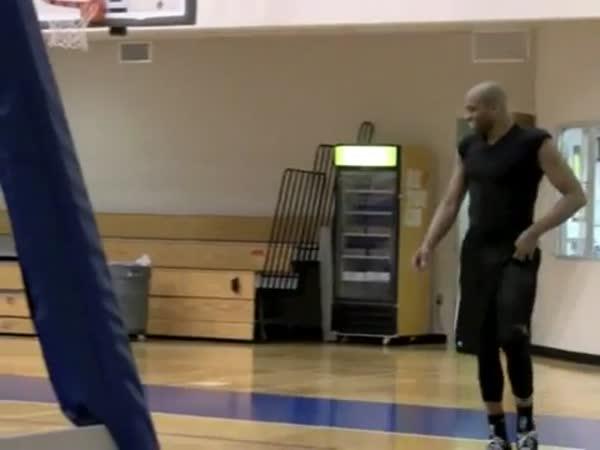 Basketbal - Koš přes celé hřiště v sedě