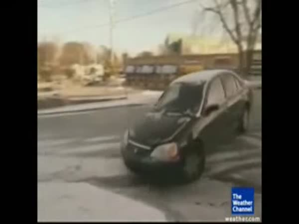 Automobilové nehody na ledě [kompilace]