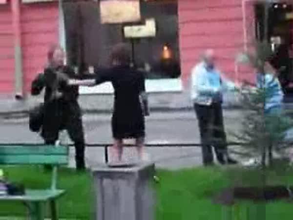Podivná bitka třech žen a jednoho muže