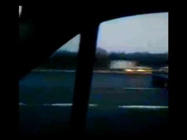 Náklaďák tlačí před sebou auto
