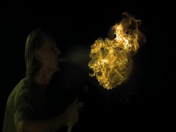 Slow motion - Plivání ohně