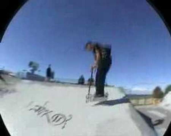 Borec - Coedie Donovan - triky na koloběžce