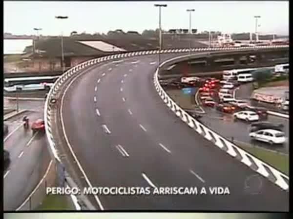 Nehoda na motorce v zatáčce - 2 mrtví