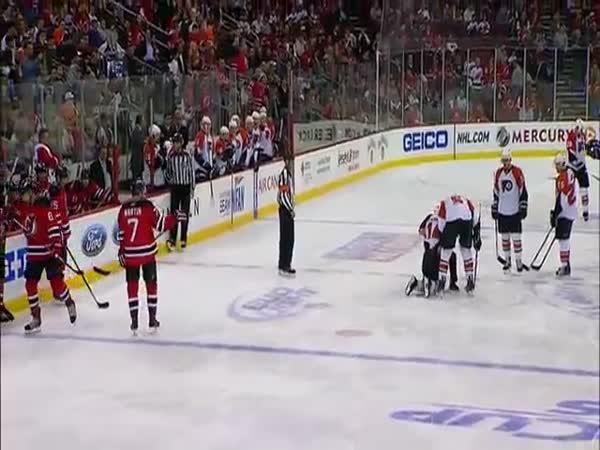NHL - Zásah pukem do obličeje