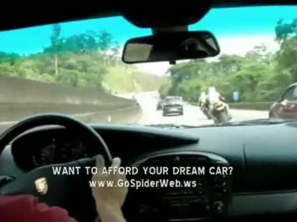 Šílený závod na dálnici - Auto a 2 motorky